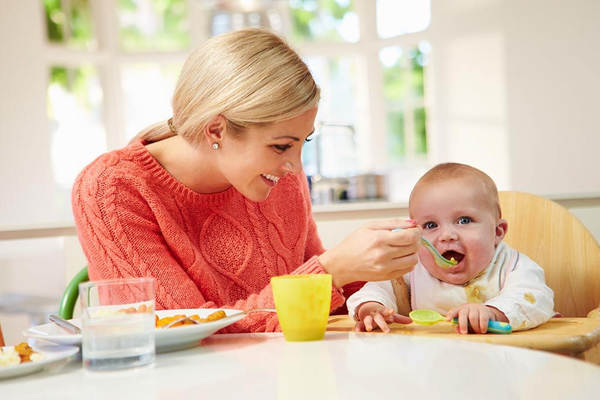 نوزاد ۶ ماهه چه مراقبت هایی نیاز داره؟