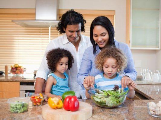 چطور کودک رو تشویق به غذاخوردن کنیم؟