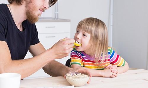 تشویق کودک به غذا خوردن